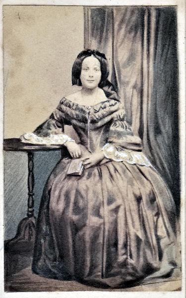 superior quality d051e c1135 Photographie einer eleganten Dame um 1860